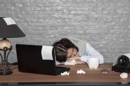 Photo pour Femme d'affaires malade s'est endormie sur le bureau avec l'épuisement - image libre de droit