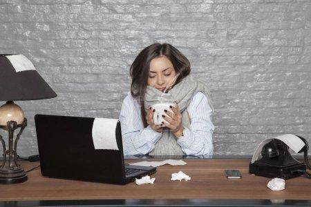Photo pour Femme d'affaires malade secoue froid - image libre de droit