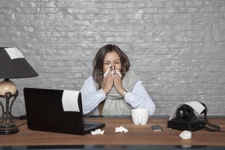 Photo pour Femme d'affaires malade, les tissus autour du Bureau - image libre de droit