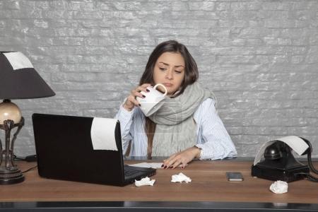 Photo pour Femme d'affaires malade n'a rien à boire - image libre de droit
