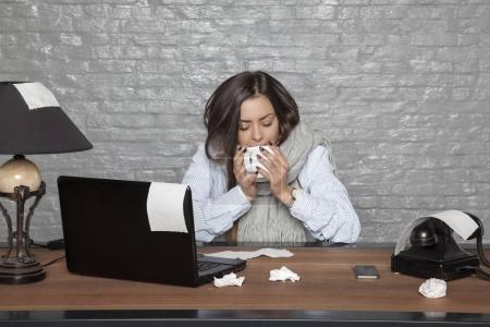 Photo pour Femme d'affaires malade boire une boisson chaude - image libre de droit