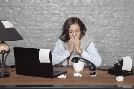 Photo pour Femme d'affaires malade souffle dans un mouchoir en papier - image libre de droit