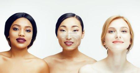 Photo pour Trois femme nation différentes: asiatique, caucasien, afro-américain ensemble isolé sur fond blanc sourire heureux, gros plan type diversifié sur la peau, le concept de peuple lifestyle - image libre de droit
