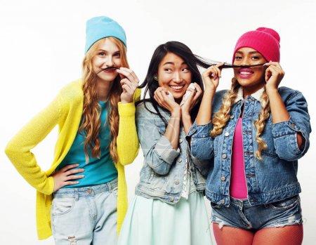 Photo pour Groupe de filles de pays diversifié, société amies adolescentes joyeuse ayant l'amusement, heureux souriant, posant mignon isolé sur fond blanc, gros plan concept gens lifestyle - image libre de droit