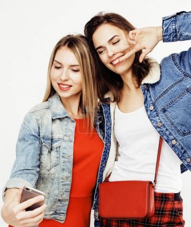 Photo pour Meilleurs amis adolescentes ensemble avoir du plaisir, posant émotionnel sur fond blanc, besties souriant heureux, style de vie gens concept close up. faire du selfie - image libre de droit