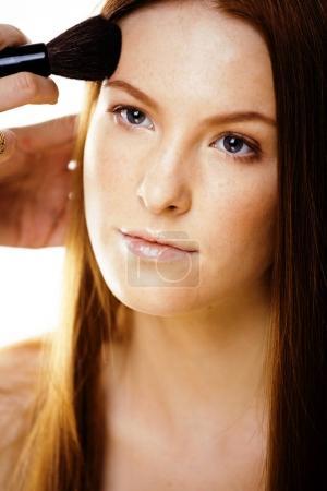Foto de Mujer joven pelirroja de belleza con el rojo pelo, muchacha divertida spa fresco jengibre aislado sobre fondo blanco cierre para arriba, maquillaje nude de vuelo - Imagen libre de derechos