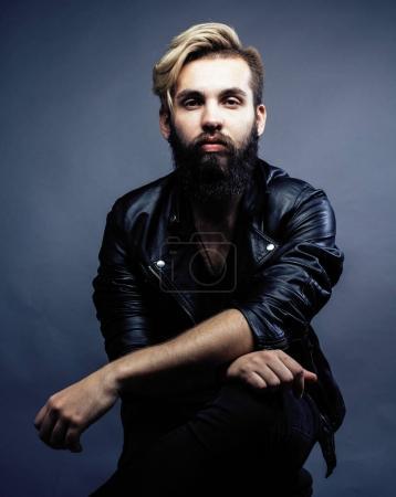 Photo pour Portrait de jeune hipster barbu gars sur fond gris sombre gros plan, brutal homme moderne, style de vie gens concept gros plan - image libre de droit