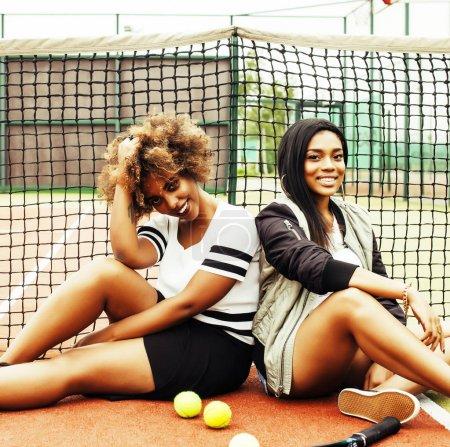 Photo pour Jeunes jolies petites amies suspendues sur un court de tennis, style de mode habillé swag, meilleurs amis heureux souriant ensemble, style de vie concept de personnes réelles - image libre de droit