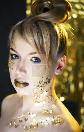 Photo pour Beauté femme blonde avec or maquillage de mode créative, les gens au concept de vacances gros plan - image libre de droit