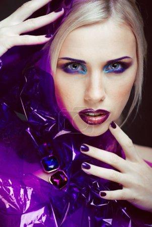 Photo pour Beauté femme avec maquillage créatif, plusieurs doigts sur le visage bouchent look agressif de halloween - image libre de droit