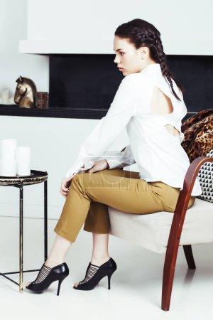 Photo pour Femme assez élégante en robe de mode avec imprimé en luxe maison intérieure, concept de gens lifestyle closeup léopard - image libre de droit