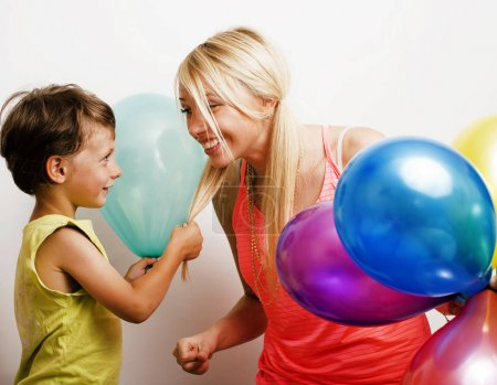 Photo pour Pretty real family with color balloons on white background happy smiling, blonde girl with little boy on holiday, lifestyle people concept close seup - image libre de droit