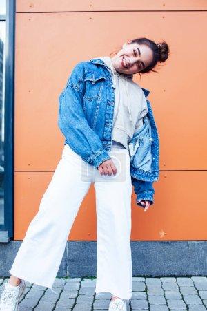 Photo pour Jeune jolie adolescente posant joyeux sourire heureux portant style de rue à l'extérieur dans la ville européenne, style de vie gens concept gros plan - image libre de droit