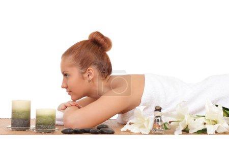 Photo pour Belle femme se faire masser spa dans le salon de spa - image libre de droit