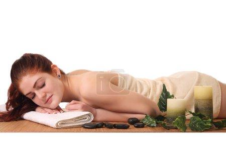 Photo pour Belle les fille caucasienne saine détente dans le Salon Spa. - image libre de droit