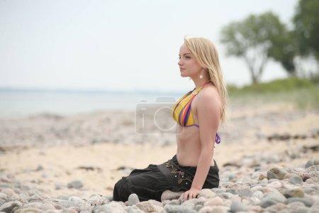 Photo pour Jeune fille de beauté avec bikini sur fond de mer - image libre de droit