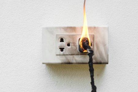 Photo pour Court-circuit d'électricité / Panne électrique entraînant la combustion de fils électriques - image libre de droit