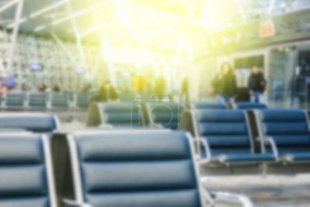 Photo pour Photo de chaises vides dans la salle d'attente à la gare. Effet de la lumière du soleil - image libre de droit