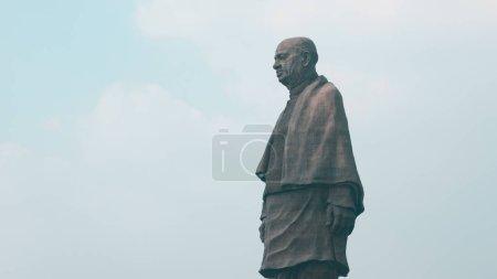Photo pour Plus grande statue du monde de l'homme de fer de l'Inde Sardar vallabhbhai patel est situé à la rivière Narmda dans l'état du Gujarat. La hauteur de la statue est 182 mètres . - image libre de droit