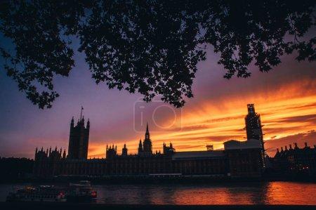 Photo pour Chambre du parlement et Big Ben en soirée d'été, ciel orange coloré. Symbole de Londres, Grande Bretagne, Royaume Uni - image libre de droit