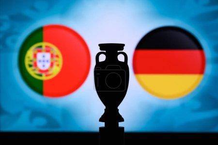 Photo pour Portugal vs Allemagne, drapeaux nationaux européens et silhouette d'un trophée de football. Background for soccer match, Groupe F, Munich, 20. Juin 2020 - image libre de droit