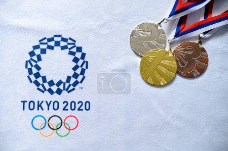 Photo pour Tokyo, Japon, janvier. 20. 2020 : logo Tokyo 2020 Modèle olympique cercle moderne, médaille d'or, d'argent et de bronze - image libre de droit