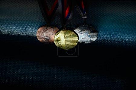 Photo pour Ensemble de médailles, or, argent et bronze avec les numéros 1, 2 et 3. Ombre sombre, espace d'édition noir,. Fonds d'écran original pour le jeu olympique d'été à Tokyo en 2020 - image libre de droit