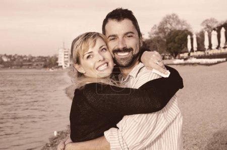 Photo pour Heureux jeune couple amoureux sur la plage - image libre de droit