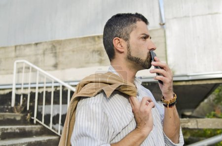 Photo pour Homme avec barbe boire du café dans la ville - image libre de droit