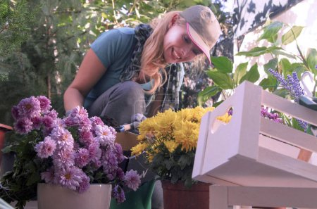 Photo pour Femme en chemise rose avec des fleurs dans les mains - image libre de droit