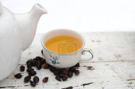 Photo pour Tasse de thé au citron sur table en bois - image libre de droit