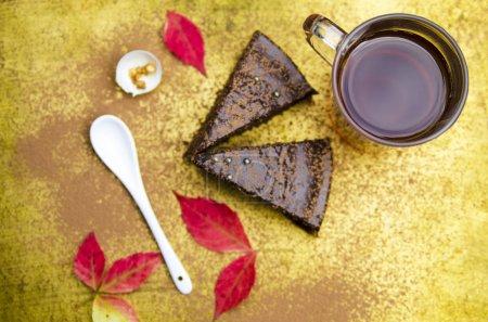 Photo pour Tasse de café et gâteau sur une table en bois - image libre de droit
