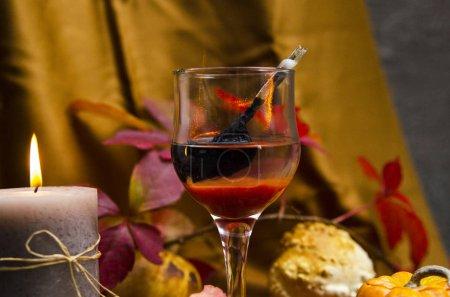 Photo pour Nature morte avec vin, fromage et fleurs - image libre de droit