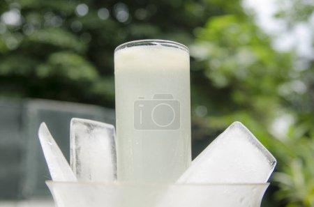 Photo pour Tasses de thé et de glace en plastique blanc et rouge - image libre de droit