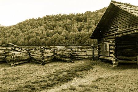 Photo pour Pioneer Cabin. Cabane pionnière historique au Ocanulaftee Visitors Center dans le parc national des Grands Smoky Mountains. Il s'agit d'un bâtiment public dans un parc national et non d'une résidence privée. . - image libre de droit