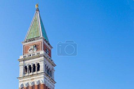 Photo pour Gros plan sur le toit de la Belle tour, Piazza San Marco, Venise, Italie - image libre de droit