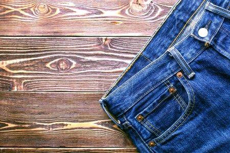 Photo pour Jeans sur fond en bois ancienne - image libre de droit