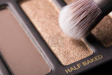 Photo pour Brush and professional shadow palette - image libre de droit