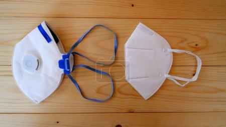 Masque de protection PM 2.5 poussière sur table en bois