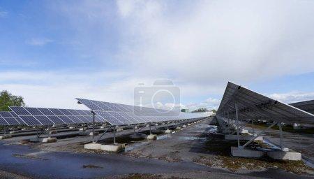 Foto de Un campo con paneles solares para la generación de energía. - Imagen libre de derechos