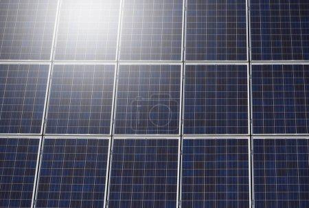 Foto de Superficie de los paneles solares cerca, montados en el techo de la casa.. - Imagen libre de derechos