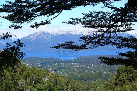 Photo pour Une vue depuis le sentier Cajon Negro, Villa la Angostura, Argentine. - image libre de droit