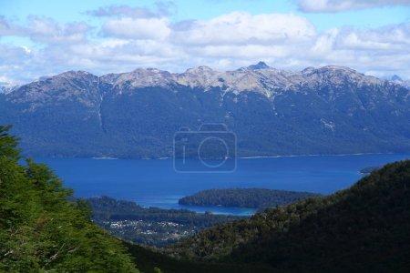 Photo pour Un beau paysage du lac Nahuel Huapi, Argentine. - image libre de droit