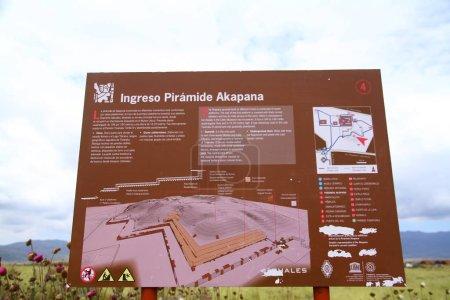 Photo pour Panneau d'information de la pyramide Akapana dans les ruines de Tiwanaku. - image libre de droit