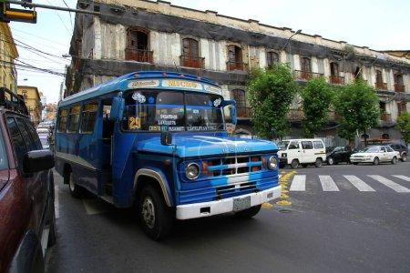 Photo pour Un vieux bus public de couleur bleue dans la rue La Paz - image libre de droit