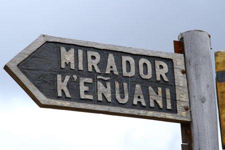 Photo pour Panneau de direction du belvédère Kenuani à Isla del Sol. 'Mirador Kenuani 'en espagnol signifie' Kenuani Viewpoint 'en anglais - image libre de droit
