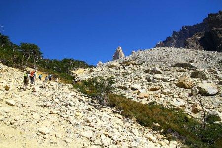 Foto de Los excursionistas están escalando la última etapa difícil del sendero que va a La Base de las Torres, Chile - Imagen libre de derechos