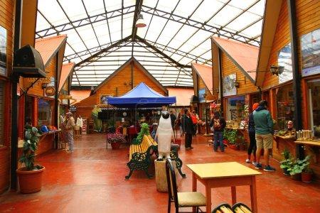 Photo pour Il y a beaucoup de boutiques de souvenirs à Puerto Natales, ils vendent des objets d'artisanat, Chili - image libre de droit