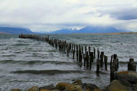 Photo pour Restes de l'ancienne jetée de Puerto Natales, Chili - image libre de droit
