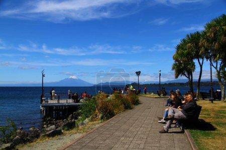 Photo pour Une vue de la plage au bord du lac Llanquihue par une journée ensoleillée, Chili - image libre de droit